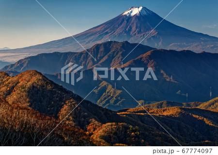 南大菩薩・ハマイバ丸から見る富士山と紅葉の山並み 67774097