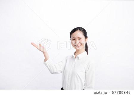 笑顔で案内をする白いシャツの日本人会社員 67789345