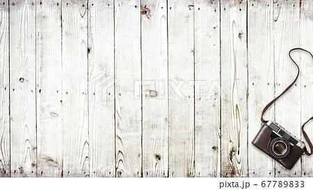 アナログカメラと白い木目の背景 67789833