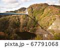 秋の深まる紅葉に包まれる吊橋 67791068