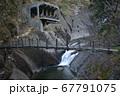 渓流にかかる木製の吊橋 67791075