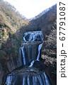 何段にも流れ落ちる大迫力の滝 67791087