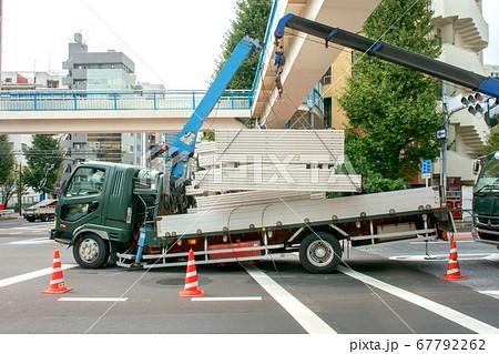 歩道橋で交通事故を起こした大型トラック 67792262