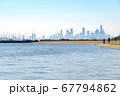 メルボルンの郊外のビーチからビル群を眺める 67794862