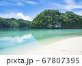 太平洋の島国、パラオ共和国 世界遺産ロックアイランドのオモカン島のビーチと海 67807395