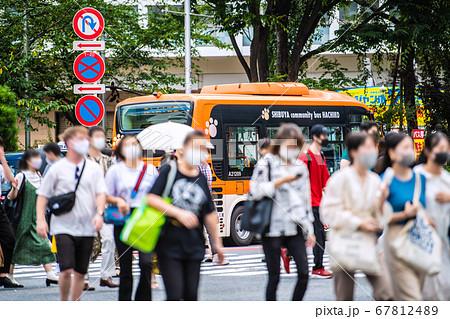 日本の東京都市景観 渋谷スクランブル交差点・マスク姿(奥は渋谷駅方向) 67812489