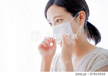 マスクをつける女性 67814930