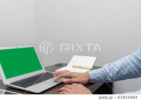 ビジネスシーンでのノートパソコンを使った在宅ワーク 67834884