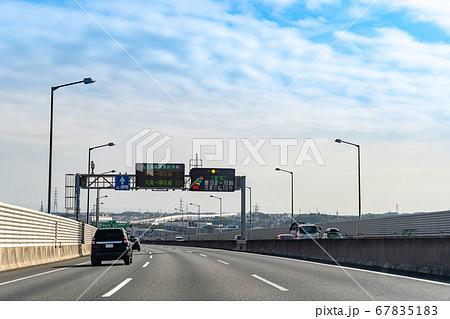 愛知県 もうすぐ東海ジャンクションを走行する自動車 67835183