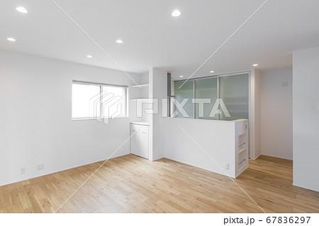 新築の家のリビングダイニングキッチンの内観と収納 67836297