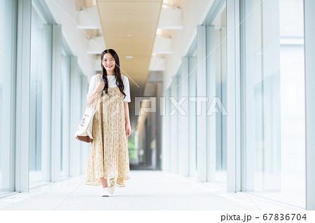 大学の廊下を歩く大学生 67836704