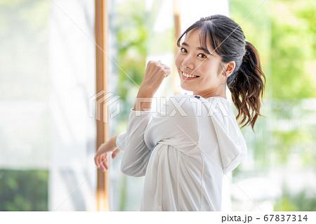 屋外でエクササイズする若い女性 67837314