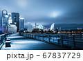 夜の横浜ベイエリア クイーンの塔とみなとみらい21 67837729
