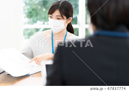 マスクをして働く女性 67837774