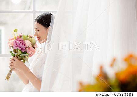 ウエディングドレスを着た女性のポートレート 67838182
