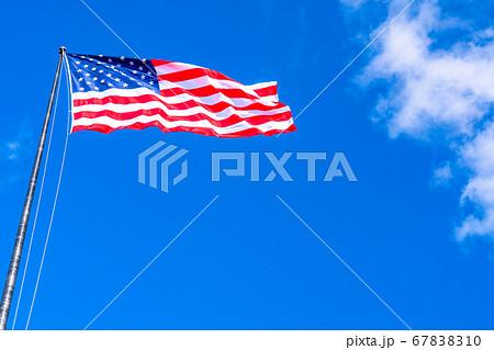 《ニューヨーク》星条旗と青空 67838310