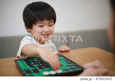 オセロで遊ぶ親子 67843945
