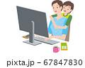 テレワーク、パソコンを操作する女性と子供 67847830