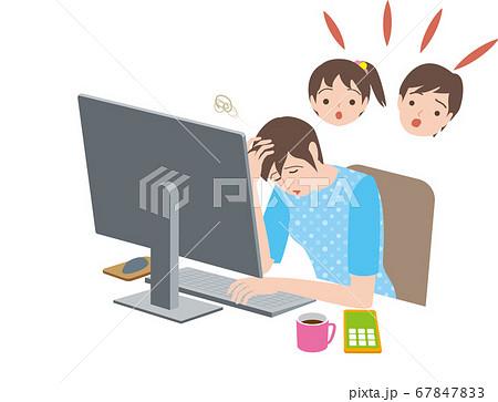 テレワーク、パソコンする女性すると騒ぐ子供たち 67847833