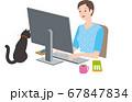 テレワーク、パソコン操作する女性すると猫 67847834