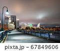 夜の横浜ベイエリア クイーンの塔とみなとみらい21 67849606