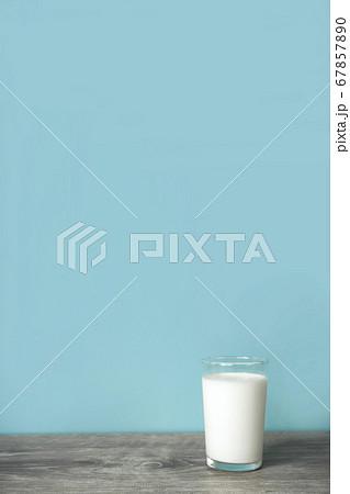 テーブルの上のグラス一杯の牛乳 67857890