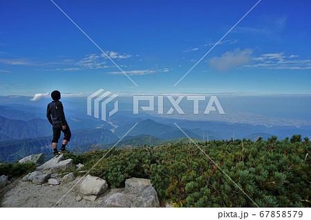 奥大日岳山頂から景色を眺める登山者 67858579