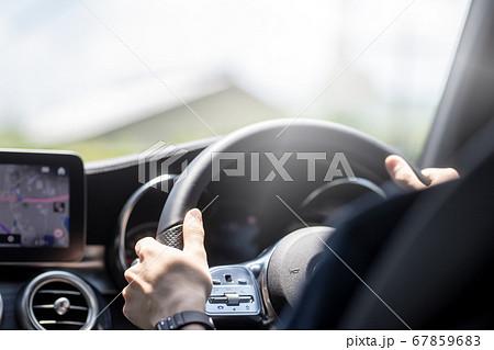 自家用車を運転する青年 67859683