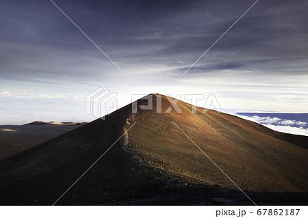ハワイビッグアイランドにあるマウナケアの山頂でサンセットを眺めている様子 67862187