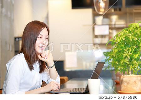 カフェでネットショッピング_笑顔で楽しむ女性 67876980
