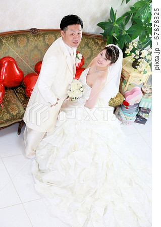 ウエディングドレスとタキシードの新郎新婦フォトウエディングスタジオ撮影 67878325