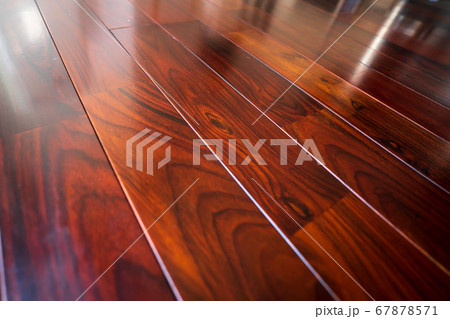 木目のはっきり出たフローリング板 67878571