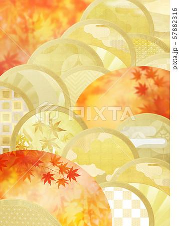 日本の秋をイメージした金箔と紅葉の背景 67882316