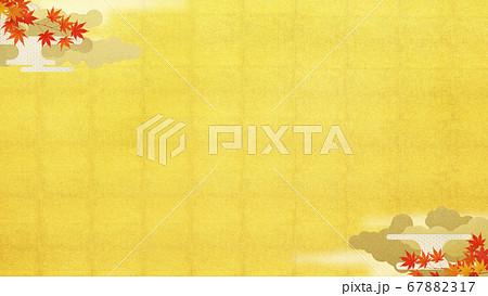日本の秋をイメージした金箔と紅葉の背景 67882317