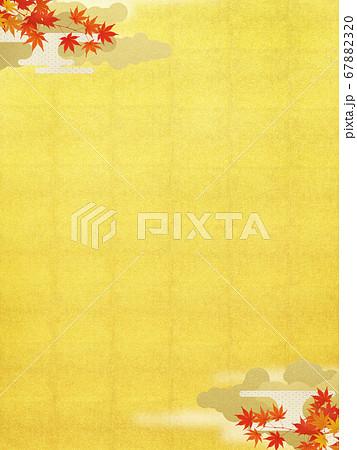 日本の秋をイメージした金箔と紅葉の背景 67882320