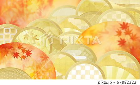 日本の秋をイメージした金箔と紅葉の背景 67882322