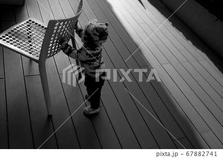 椅子を押して遊ぶ1歳の男の子のモノクロ写真 67882741