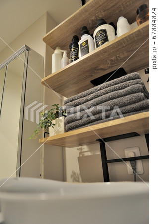 洗面所の棚に置かれた各種の液体石鹸のボトルやタオル、インテリア小物 67884824