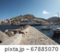 イドラ島の港に泊まる船 67885070