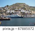 イドラ島の港に泊まる船 67885072