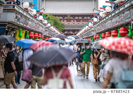日本の東京都市景観 雨が降ったり晴れたりの東京・浅草寺(4連休最終日)=7月26日 67885423