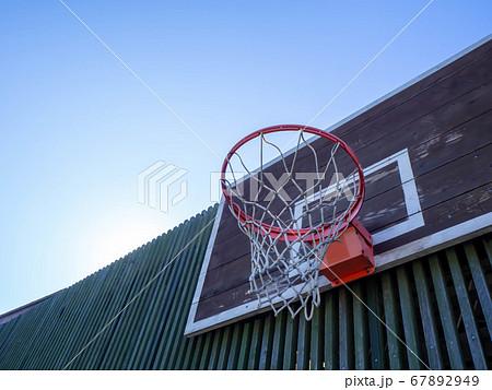 屋外に設置されたバスケットボールのゴール 67892949