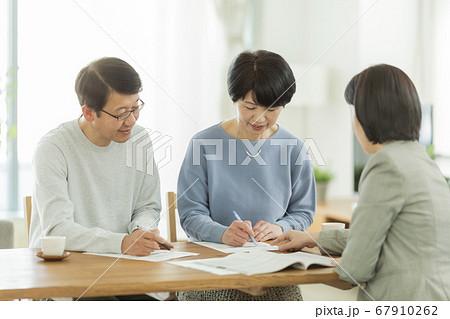 商談をするシニア夫婦とビジネスウーマン 67910262