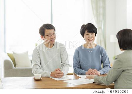 商談をするシニア夫婦とビジネスウーマン 67910265