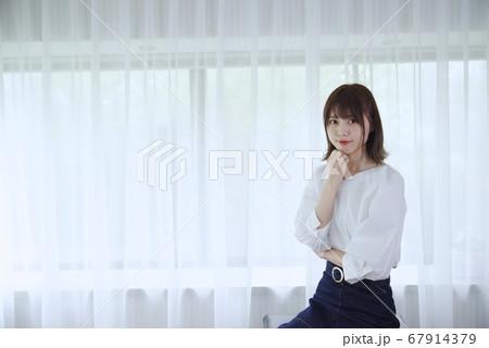 若い女性(若い女性(考えるポーズ)) 67914379