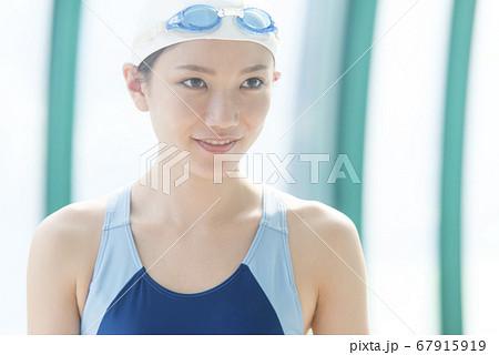 水着の女性 67915919