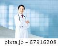 白衣を着た男性医師 67916208