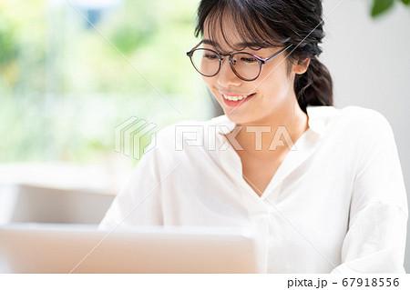 テレワークをする若い女性 67918556