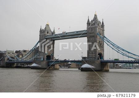 イギリス・ロンドン タワーブリッジとテムズ川 67921179