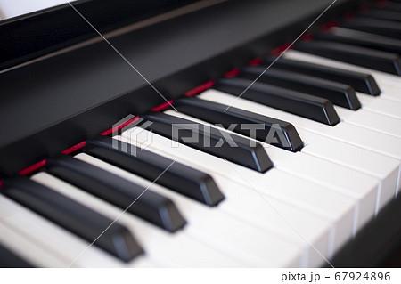 電子ピアノの鍵盤のクローズアップ 67924896